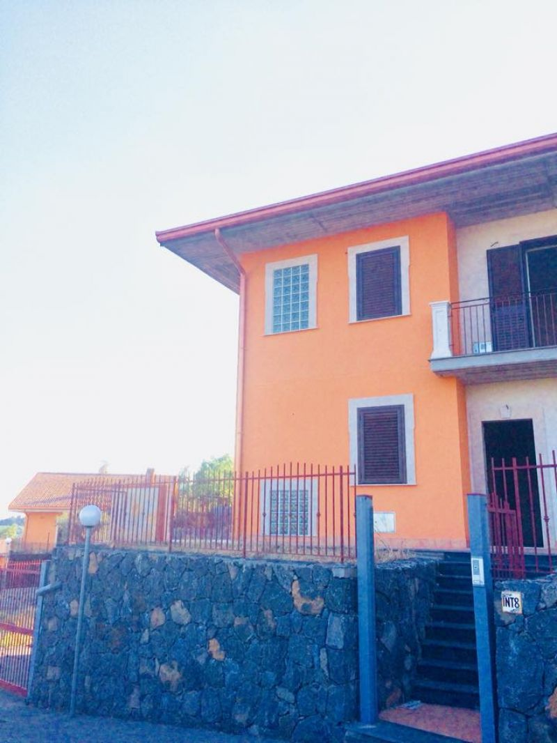 Villa Nuova Costruzione Su Tre Livelli Terrazzo Cortile E